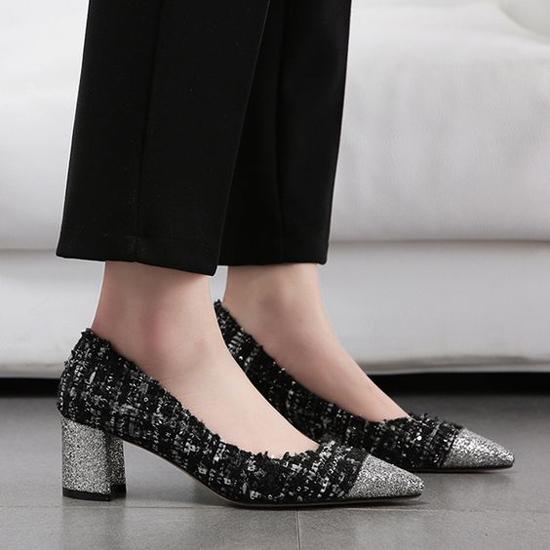 Ở xu hướng thu đông, giày đế thấp còn được xây dựng trên các chất liệu vải dạ, vải tweed để góp phần làm đẹp cho đôi chân của chị em văn phòng.
