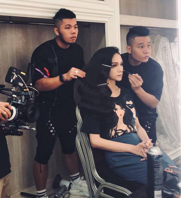 Quân - Pu biến hóa vẻ ngoài cho Hương Giang tham dự cuộc thi Hoa hậu Chuyển giới quốc tế 2018. Cặp đôiđã đồng hànhsuốt 20 giờ đồng hồ để tiếp sức cho người đẹp tại đấu trường nhan sắc quốc tế.