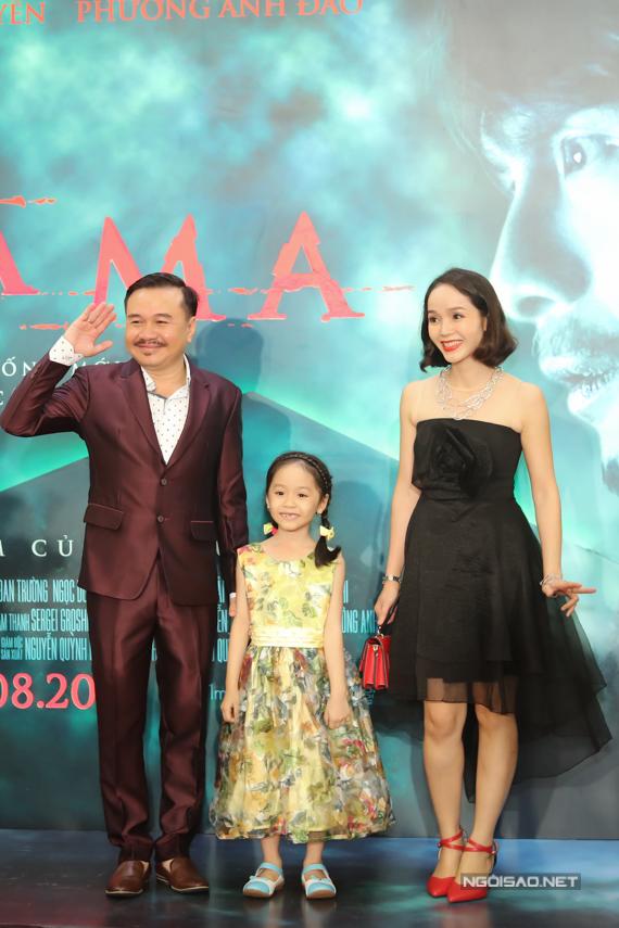 Đạo diễn Bá Vũ (trái) chụp ảnh cùng mẹ con diễn viên nhí Chiêu Nghi.