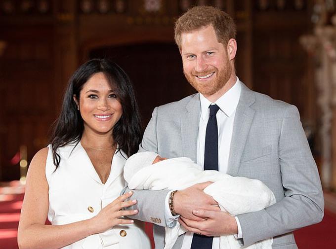 Vợ chồng Meghan - Harry bế con trai Archie ra mắt báo chí thế giới hôm 8/5. Ảnh: PA.