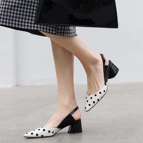 Khi đến văn phòng, thay vì các mẫu giày mũi nhọn, cao gót là các mẫu giầy đế hình học, đế thô tạo cảm giác thoải mái cho đôi chân.