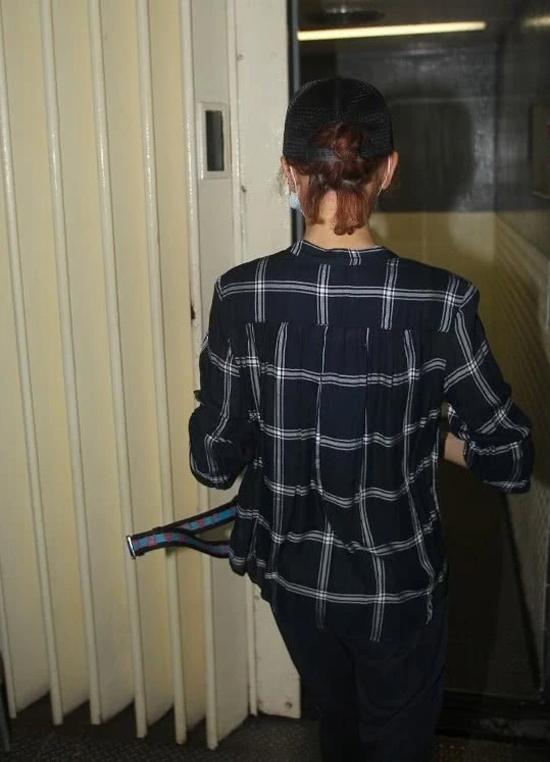 Nữ diễn viên liên tục tránh né cánh phóng viên. Cô ở phòng thu từ đầu giờ chiều đến gần sáng mới về.
