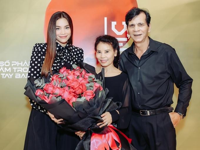 Bố mẹ của Hồ Ngọc Hà chuẩn bị một bó hoa gửi tặng con gái. Cả hai chia sẻ niềm vui khi sản phẩm âm nhạc thứ hai trong năm 2019 của con gái được khán giả yêu mến.