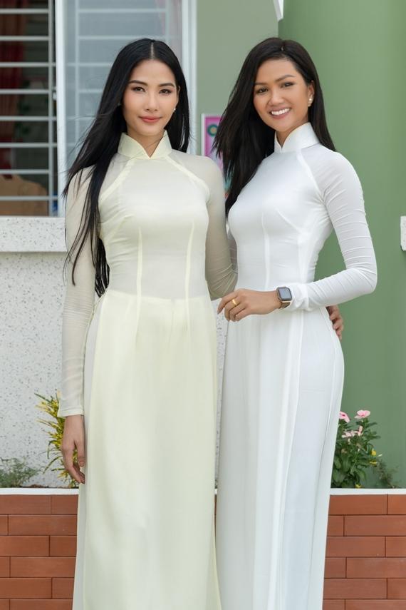 Hai người đẹp cùng khoe vẻ nền nã trong tà áo dài truyền thống. Sau hơn một năm trưởng thành từ cuộc thi Hoa hậu Hoàn vũ Việt Nam 2017, cả hai ngày càng hoàn thiện về nhan sắc và phong cách.