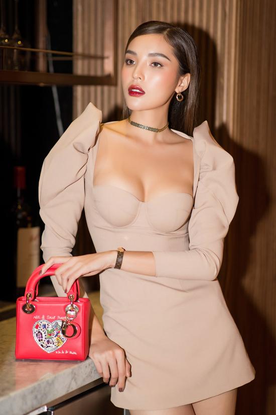 Hoa hậu Việt Nam 2014 khoe vòng một với thiết kế bó ngực.