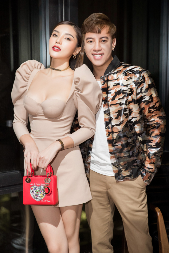 Kỳ Duyên chụp ảnh cùng stylist Mạch Huy.