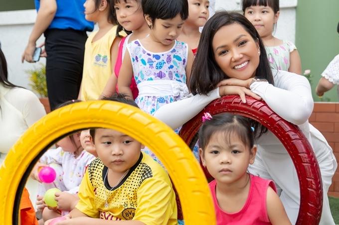 H'Hen Niê đang đồng hành cùng chuỗi chương trình Brave Tour - Hành trình tìm kiếm trái tim dũng cảm nhằm tìm kiếm thí sinh tiềm năng dự thi Hoa hậu Hoàn vũ Việt Nam 2019.