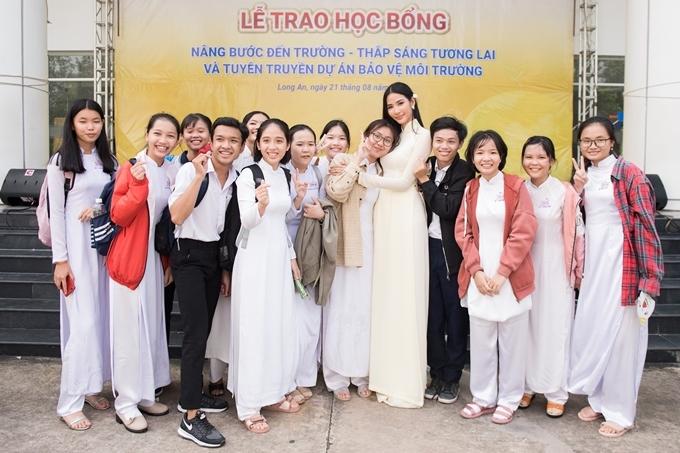 Hoàng Thùy vui vẻ trò chuyện với các em học sinh sau khi kết thúc chương trình. Cô thường xuyên tham gia các chương trình giao lưu, diễn thuyết dành cho giới trẻ.