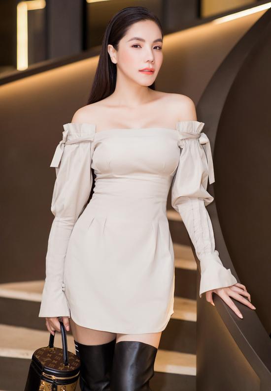 Ca sĩ Kiwi Ngô Mai Trang chọn trng phục khoe vai trần gợi cảm.