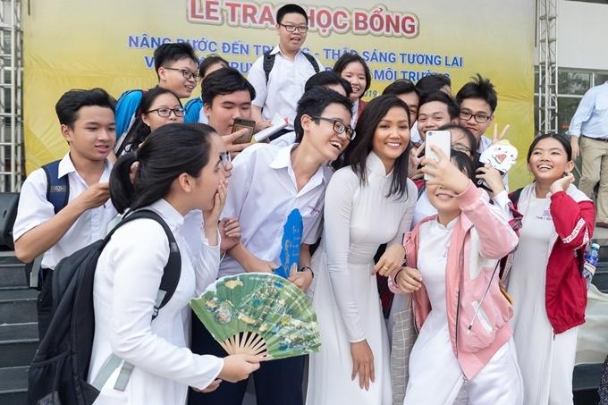 HHen Niê chụp ảnh wefie cùng người hâm mộ. Gần đây, hoa hậu liên tục biến hóa nhiều phong cách và nhận sự khen ngợi từ công chúng.
