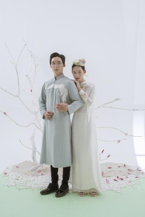 Một sự kết hợp khác dành cho uyên ương là áo dài nam sắc xanh và áo nữ màu trắng.