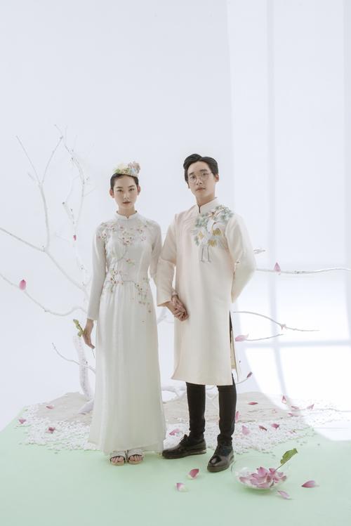 Sắc màu pastel nói được sự đồng điệu trong lựa chọn trang phục của uyên ương, phản chiếu một tình yêu bình dị, tính cách nhẹ nhàng của lứa đôi.