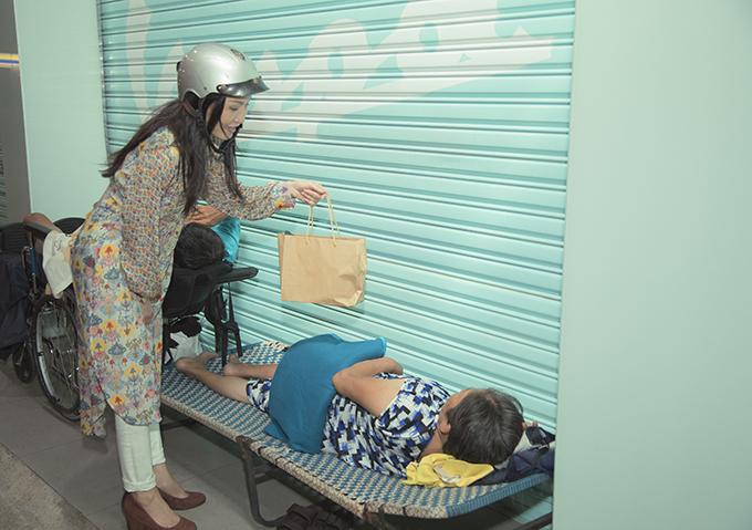 Hà Thanh Xuân lái xe máy, chở Hồng Đào đi từ thiện - 8