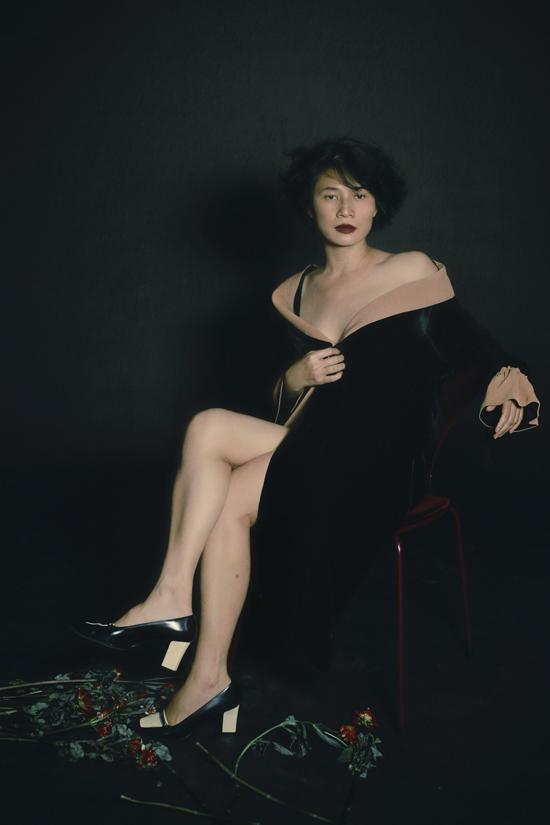 Li Lam cũng xuất hiện trong bộ ảnh như một đại sứ, người truyền tải tình yêu về thời trang đến các khách hàng của cô.