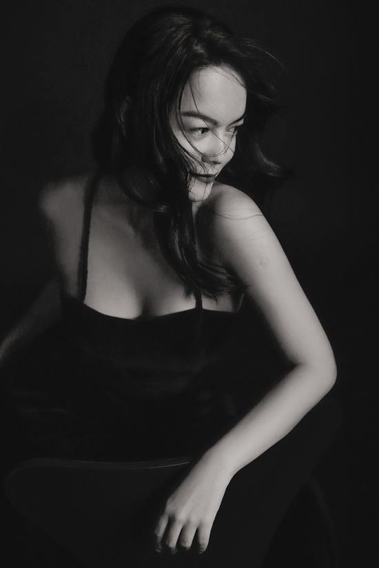 Phạm Quỳnh Anh quến rũ và nhẹ nhàng trong thiết kế đầm hai dây. Thời gian gần đây, cô thường xuyên xuất hiện trong các dự án mới của nhiều nhà mốt Việt.
