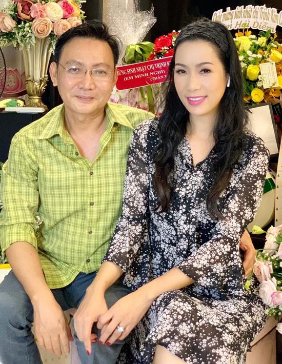 Trịnh Kim Chi hiện có cuộc sống hạnh phúc viên mãn bên chồng đại gia. Năm nay chị không tổ chức sinh nhật ở nhà hàng mà dành tiền chuẩn bị cho chuyến từ thiện sắp tới. Á hậu chỉ làm tiệc giản dị tạinhà riêng.