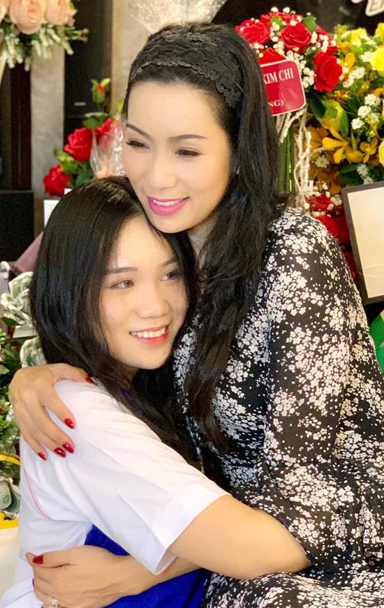 Khánh Ngân khiến mẹ tự hào vì thành tích học tập tốt ở trường. Cô nữ sinh trung học mới được đại diện trường đi thi Olympic miền Nam môn Văn.
