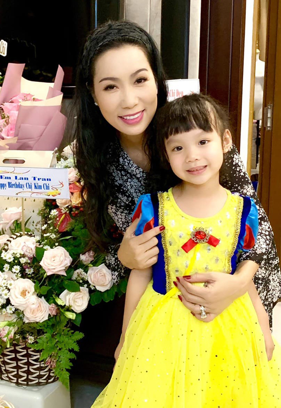 Con út Khánh Vy 4 tuổi rất ngoan ngoãn, đáng yêu. Trịnh Kim Chi chia sẻ, sau những giờ làm việc, về nhà nghe con gái cười nói hồn nhiên, quấn quýt bố mẹ, vợ chồng cô quên hết mệt mỏi.