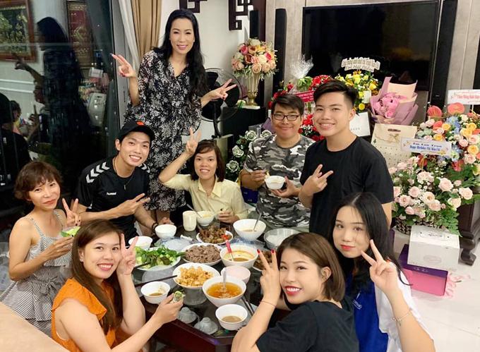 Các diễn viên trẻ ở sân khấu kịch Trịnh Kim Chi đến chung vui với đàn chị.