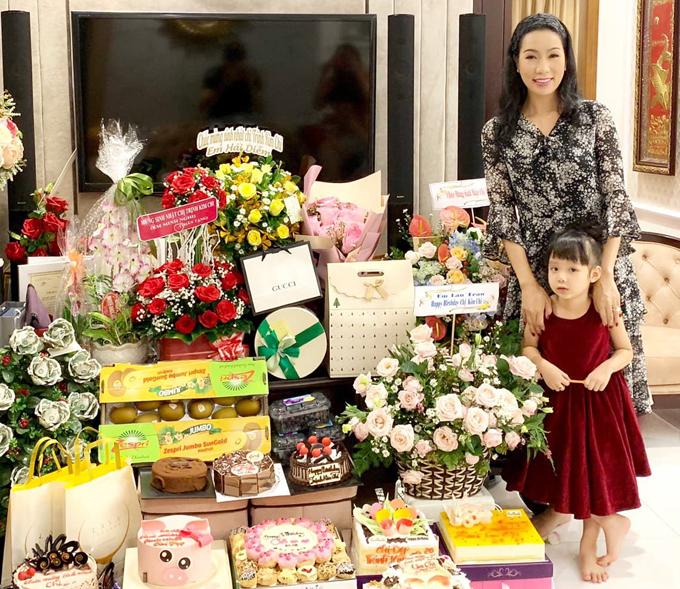 Á hậu nhận được rất nhiều hoa, quà và bánh kem trong ngày sinh nhật.