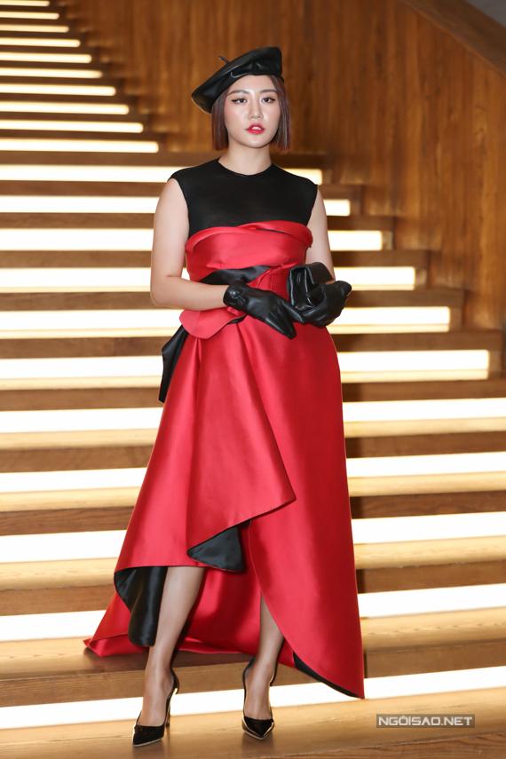 Ca sĩ Văn Mai Hương chọn khá nhiều phụ kiện như mũ nồi, găng tay, clutch để mix cùng bộ váy tạo khối và phối màu đỏ đen.