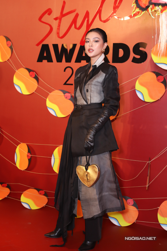 Tú Hảo ấn tượng với trang phục biến tấu từ blazer.