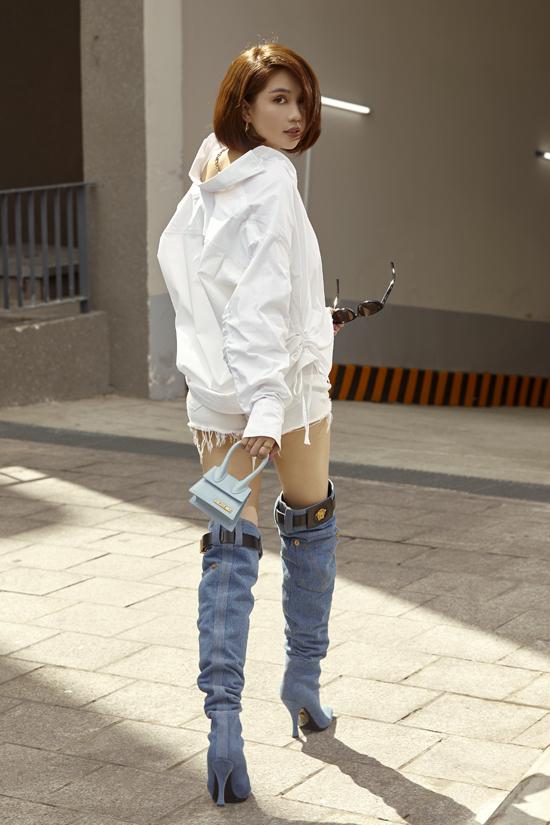 Trang phục jeans được Ngọc Trinh biến hóa ấn tượng qua nhiều cách mix-match phong phú. Cùng với các mẫu quần áo hot trend, bốt độc đáo của Versace cũng được lựa chọn để phối đồ.