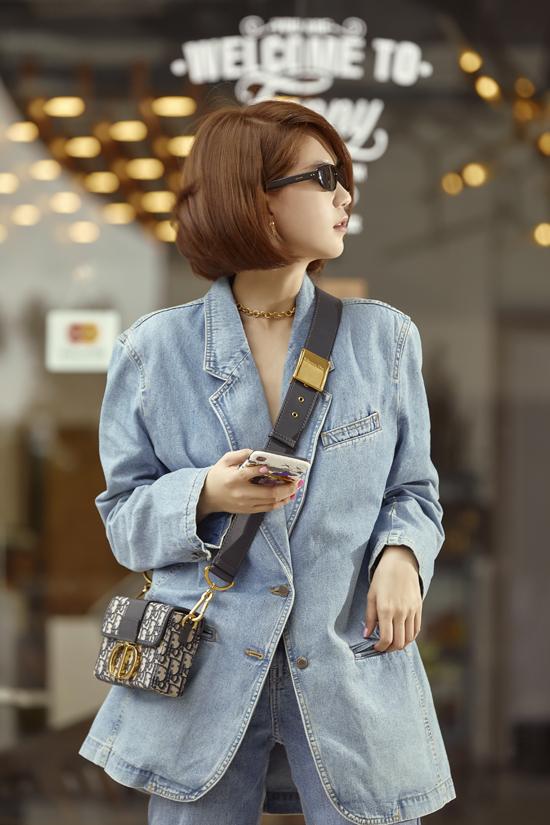 Khi chán khoe eo thon với áo lửng, quần ôm, diễn viên Vu quy đại náo lại chọn các mẫu trang phục over size để thể hiện sự phá cách.