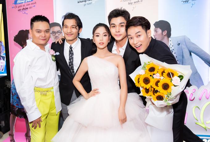 Trúc Nhân (phải) và Jun Phạm (thứ hai từ phải qua) đến chung vui với tiệc cưới của Hoàng Yến và Liên Bỉnh Phát.