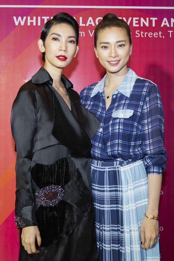 Vietnam Runway Fashion Week là sự kiện lần đầu tiên do siêu mẫu Xuân Lan (trái) tổ chức với mong muốn tập trung về chuyên môn, thúc đẩy thời trang nước nhà phát triển. Diễn viên Ngô Thanh Vân (phải) dành thời gian đến tham dự và chúc mừng Xuân Lan nỗ lực thực hiện dự án mới.