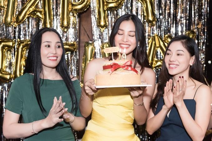 Cô thổi nến bánh sinh nhật cùng mẹ (trái) và bà Kim Dung - đại diện BTC Hoa hậu Việt Nam 2018.