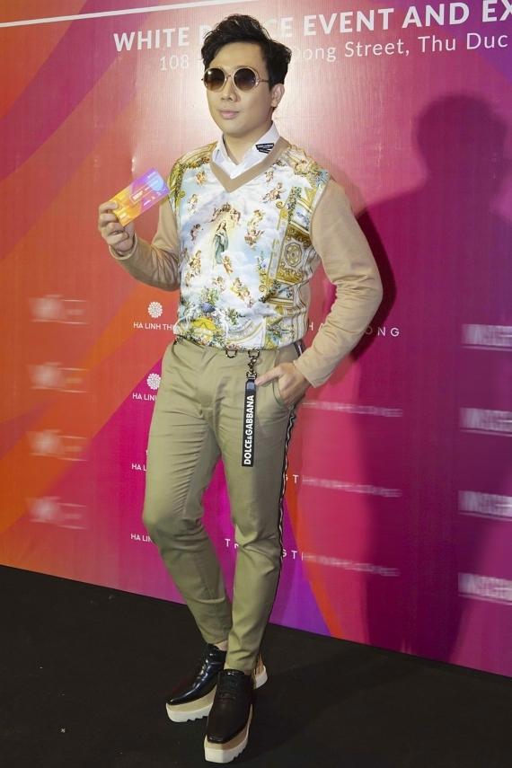MC Trấn Thành xuất hiện khá trễ và gây chú ý với đôi giày độn, tăng chiều cao.