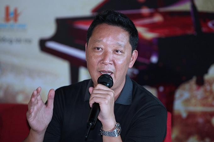 Nhạc trưởng Lê Phi Phi tại buổi họp báo chiều 23/8.