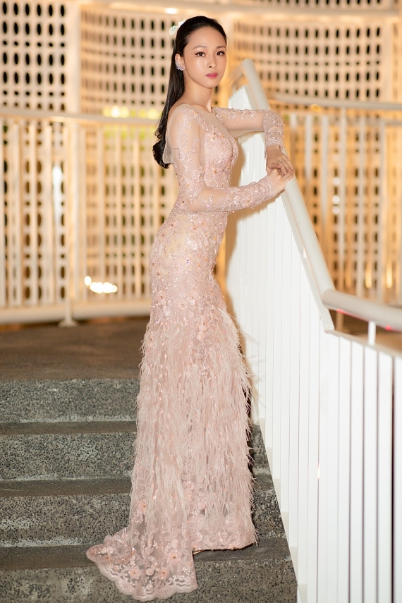 Hoa hậu Phương Nga diện đầm xuyên thấu của nhà thiết kế Đức Vince,  thu hút với nhan sắc mong manh.