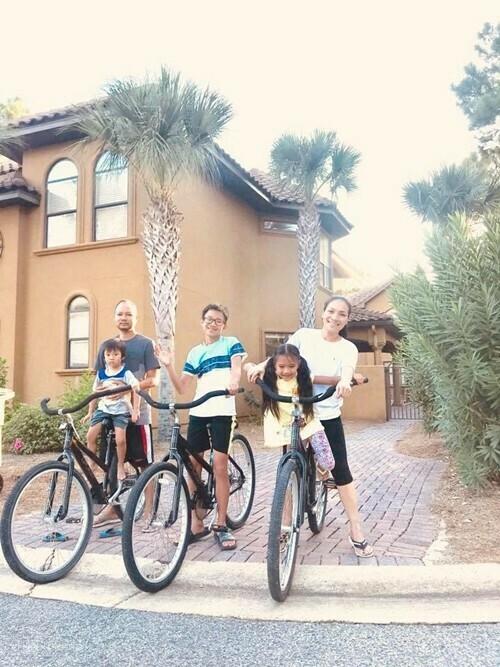 Tổ ấm của gia đình ca sĩ Hồng Ngọc tại Mỹ nằm ở bang Texas. Vợ chồng chị sắm thêm căn biệt thự rộng gần 1.000 m2 bên bờ biển làm chốn nghỉ dưỡng cuối tuần.