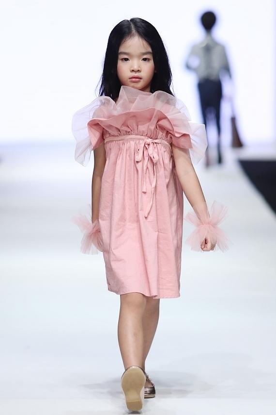 Con gái Xuân Lan, bản sao nhí Hồ Ngọc Hà trình diễn thời trang