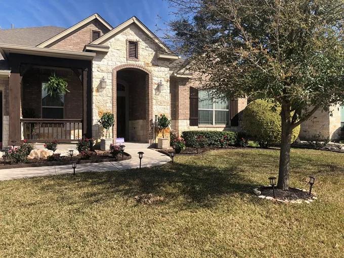 Ca sĩ Quách Thành Danh mua ngôi nhà rộng 1.000 m2 tại bang Texas để thuận tiện cho các con du học. Tư gia của anh có một phòng khách, 4 phòng ngủ, 2 phòng ăn, bếp, phòng chơi, chỗ để xe và sân vườn rộng rãi.