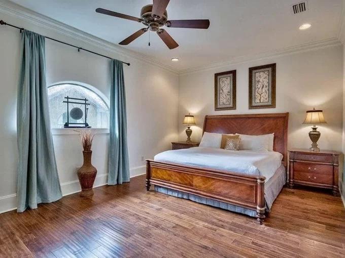 Mỗi phòng ngủ, phòng tắm được trang bị đồ dùng chất liệu gỗ, da kiểu quý tộc; tạo sự đồng nhất nhưng vẫn khác biệt nhờ cách sắp xếp.
