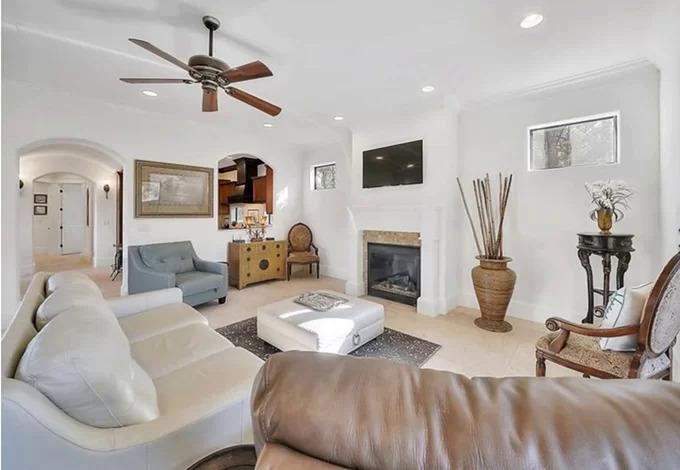 Không gian bên trong ngôi nhà của Hồng Ngọc toát lên vẻ sang trọng nhờ được phủ sơn trắng và sử dụng nội thất phong cách cổ điển.