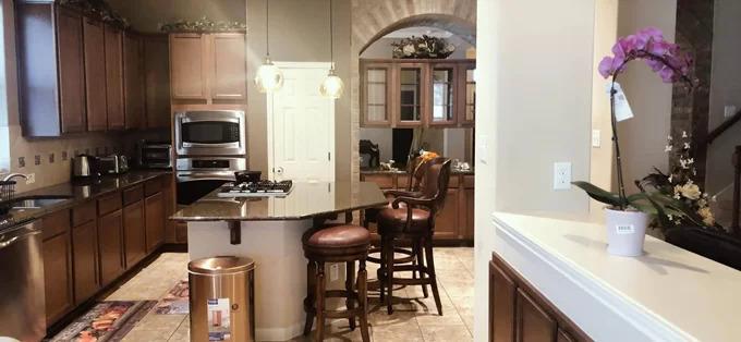 Ông bố đông con quan niệm bếp là nơi giữ lửa tổ ấm, nhất là lúc tha hương, nên đầu tư đồ điện lạnh và dụng cụ nhà bếp đắt đỏ.