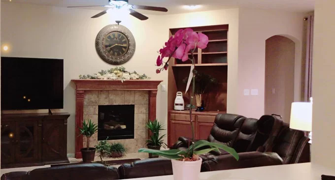 Nam ca sĩ lựa chọn nội thất chất liệu gỗ, da để nhấn mạnh vẻ sang trọng nhưng sử dụng tông màu tối để các con thoải mái sinh hoạt. Anh tiết lộ phải mua bảo hiểm cho đồ dùng trong nhà vì các con đang tuổi hiếu động, thường xuyên làm hỏng ghế, giường, tủ...