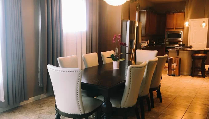 Bộ bàn ăn dành cho gia đìnhđược bố trí ngay gần bếp và cạnh cửa sổ; một bộ khác dùng đãi khách với bàn rộng và nhiều ghế hơn nằm tại vị trí trung tâm ngôi nhà.