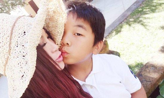 Ôn Bích Hà gây phản ứng khi hôn môi con trai nuôi