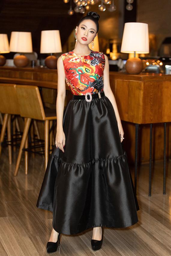 Hoàng Thùy Linh cân bằng tổng thể hài hòa khi chọn chân váy maxi đen để song hành cùng áo hoa văn màu sắc, Tân Đà Lạt nhận định.