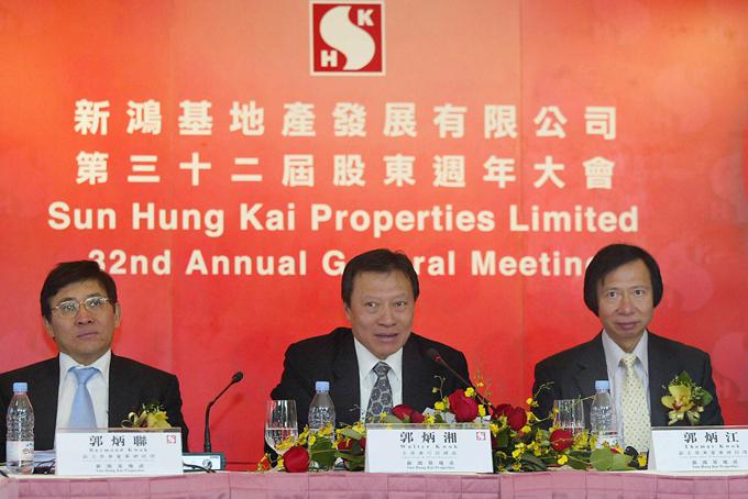 2. Gia tộc Kwok, Hong Kong- Công ty: Sun Hung Kai Properties- Tổng tài sản: 38 tỷ USD- Thế hệ sở hữu công ty: thứ 3Kwok Tak-seng làm IPO cho Sun Hung Kai Properties năm 1972. Công ty này hiện là một trong những hãng bất động sản lớn nhất Hong Kong, mang lại phần lớn tài sản cho nhà Kwok. Các con trai của ông - Walter, Thomas và Raymond tiếp quản đế chế sau khi ông qua đời năm 1990.
