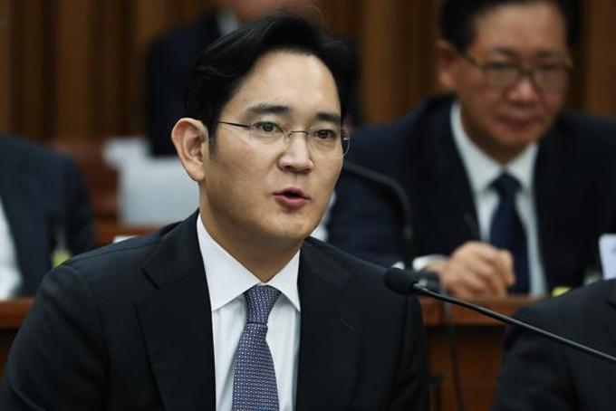 5. Gia tộc Lee, Hàn Quốc- Công ty: Samsung- Tổng tài sản: 28,5 tỷ USD- Thế hệ sở hữu công ty: thứ 3Ông Lee Byung-chul thành lập Samsung,công ty xuất khẩu rau củ, hoa quả và hải sản vào năm 1938. Ông mở rộng kinh doanh sangmảng điện tử năm 1969, khi thành lập Samsung Electronics. Hiện Samsung là hãngsản xuất smartphone và chip nhớ lớn nhất thế giới. Sau khi ông qua đời năm 1987, con trai thứ 3 - Lee Kun-hee tiếp quản công ty. Đến năm 2014, Lee Kun-hee nhập viện vì đau tim. Con trai ông - Jay Y. Lee hiện là người điều hành.
