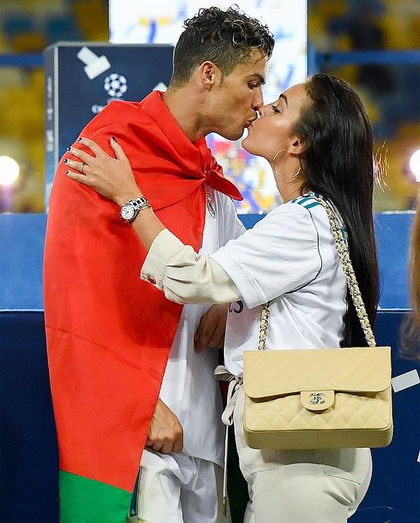 Georgina Rodriguez bên C. Ronaldo trong những giây phút vinh quang, chia sẻ cả khó khăn khi anh bị