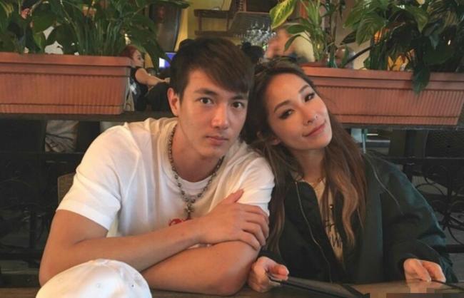 Dù Tiêu Á Hiên hơn người tình đến 16 tuổi, trông cô rất trẻ trung, xinh đẹp khi sánh vai anh.