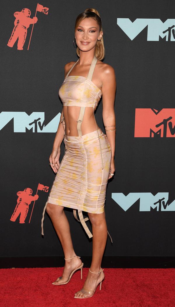 Siêu mẫu 22 tuổi Bella Hadid khoe dáng trong bộ đầm nude hở eo.