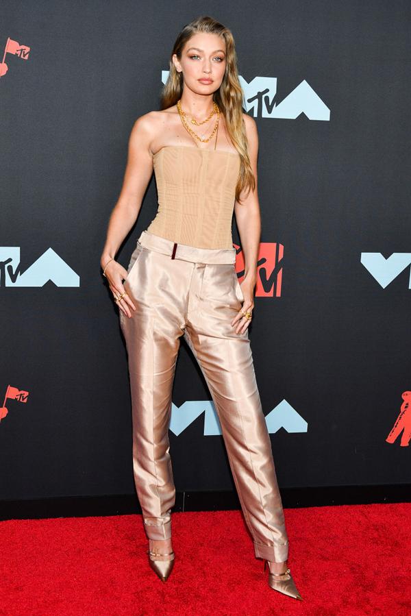 Chị gái Bella, siêu mẫu Gigi Hadid mặc cùng tông màu với em gái.